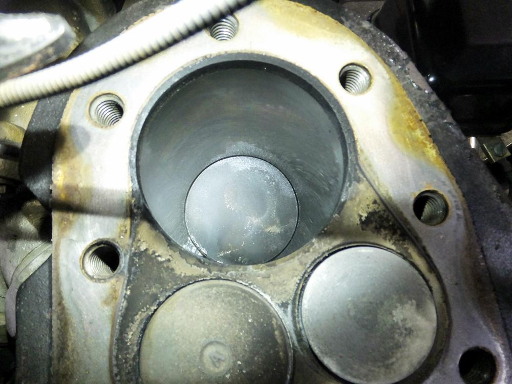 1956KHK ドラムブレーキシュー交換 プラグホール修理5