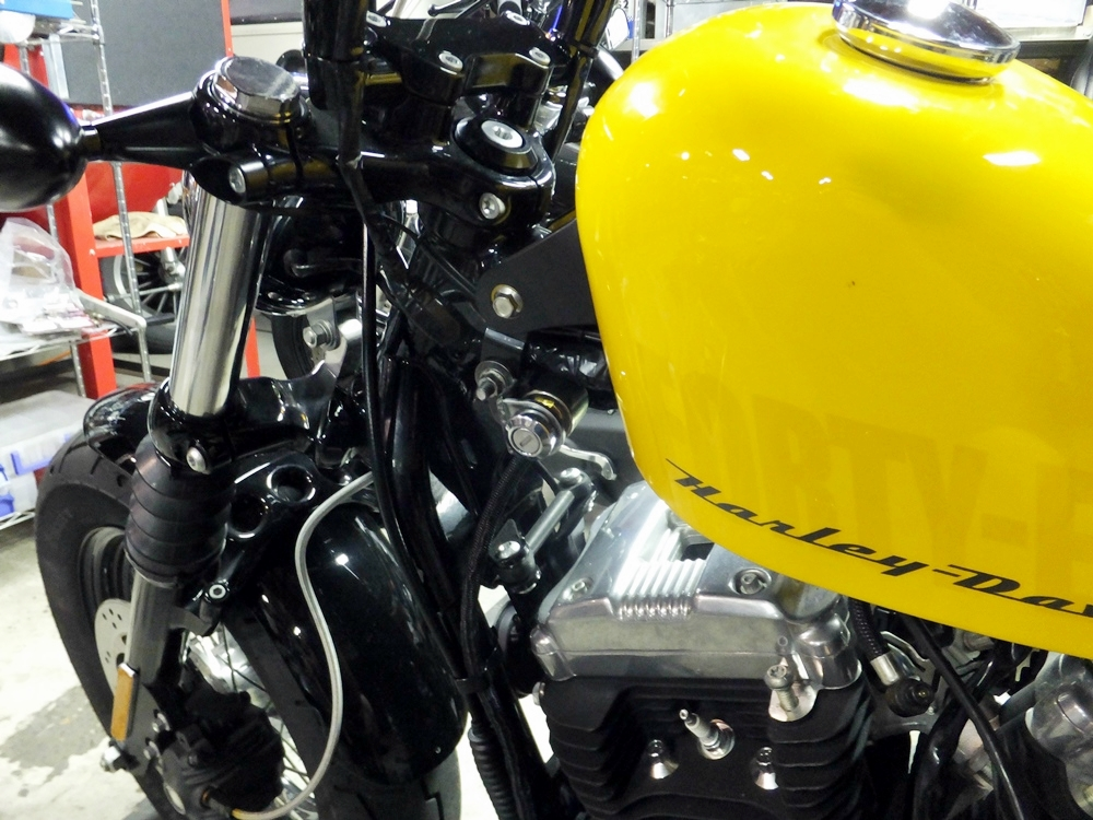 2012XL1200X ハンドル交換 スピードメーター・コイル移設3